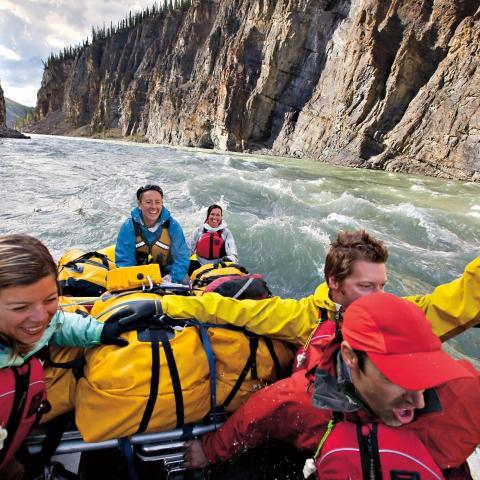 Rafting au fil de l'allée des glaciers dans la réserve de parc national Nahanni