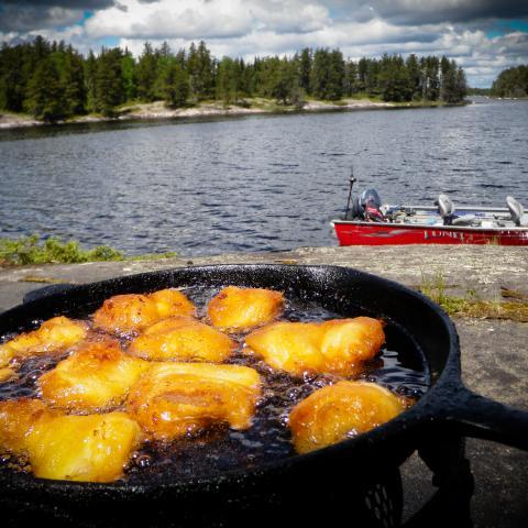 Aikens Lake Wilderness Lodge - Comer en la costa de los lagos